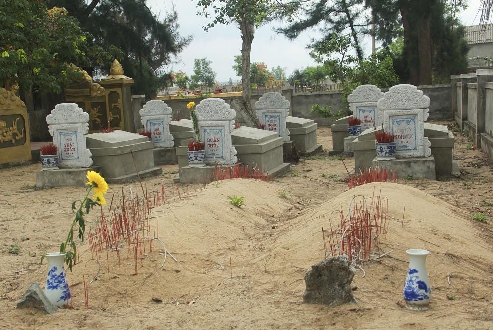 Những ngôi mộ được bà Mai đặt tên và khắc lên bia.