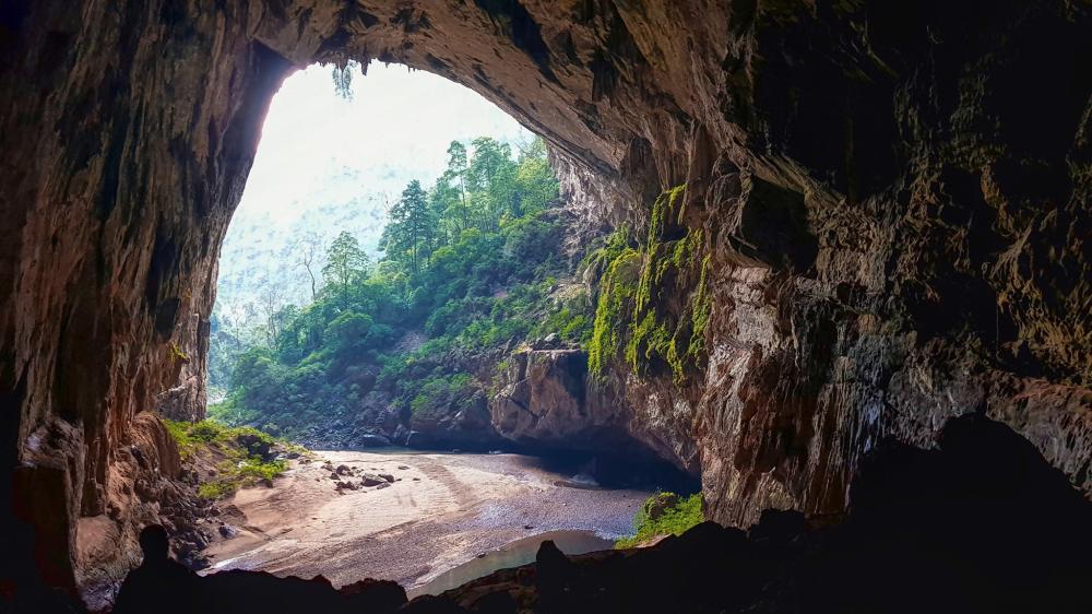 Năm 1994, đoàn thám hiểm Hiệp hội hang động hoàng gia Anh đã phát hiện ra hang Én, mơi đây gồm có 3 cửa. Trong đó, cửa hướng đông nam của hang rộng gần 100 m và được ngăn đôi bởi một trụ đá.Ảnh: FBNguyễn Lan Uyên.