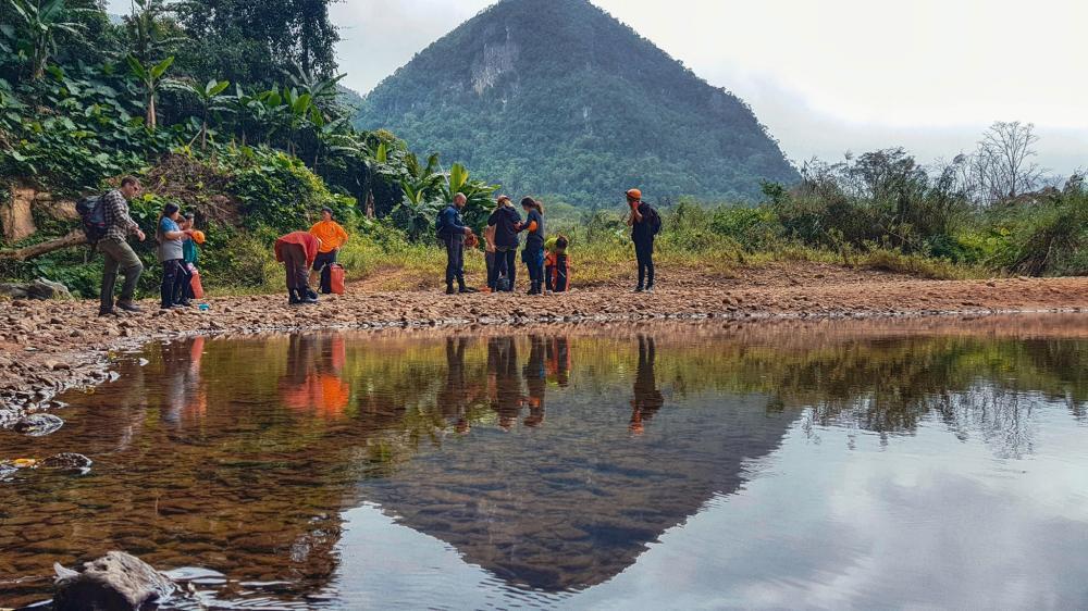 Nơi đây bắt nguồn từ đỉnh núi U Bò và một số khe suối nhỏ trên dãy Trường Sơn. Với làn nước trong mát, bạn có thể quan sát những sinh vật sinh sống bên dưới.Ảnh: FBNguyễn Lan Uyên.