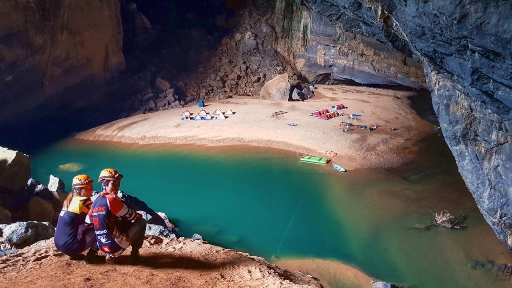 Đến đây bạnsẽ có cơ hội cắm trại bên cạnh dòng sông thơ mộng uốn lượn bên trong hang động. Hơn thế nữa, bạn còn có cơ hội chiêm ngưỡng tận mắt nhiều hóa thạch với niên đại trên 300 triệu năm tuổi.Ảnh: FBNguyễn Lan Uyên.