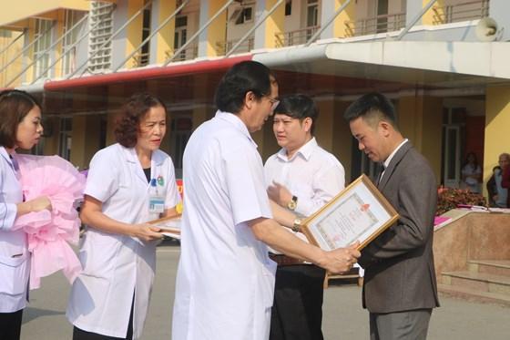Bác sĩ Nguyễn Viết Đồng, Giám đốc Bệnh viện Đa khoa tỉnh Hà Tĩnh trao bằng khen của Bộ trưởng Bộ Y tế cho anh Hùng và anh Quân