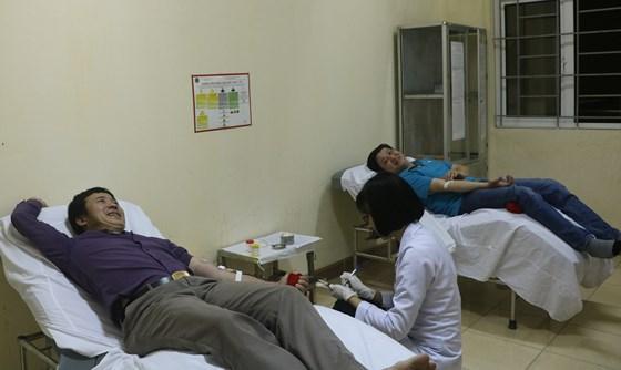 Thời điểm anh Hùng và anh Quân hiến máu cứu bệnh nhân