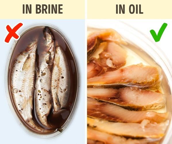 Những miếng cá được đựng trong bao bì bằng nhựa thường có hạn dùng ngắn. Tốt nhất là bạn nên chọn loại cá được bảo quản trong dầu.