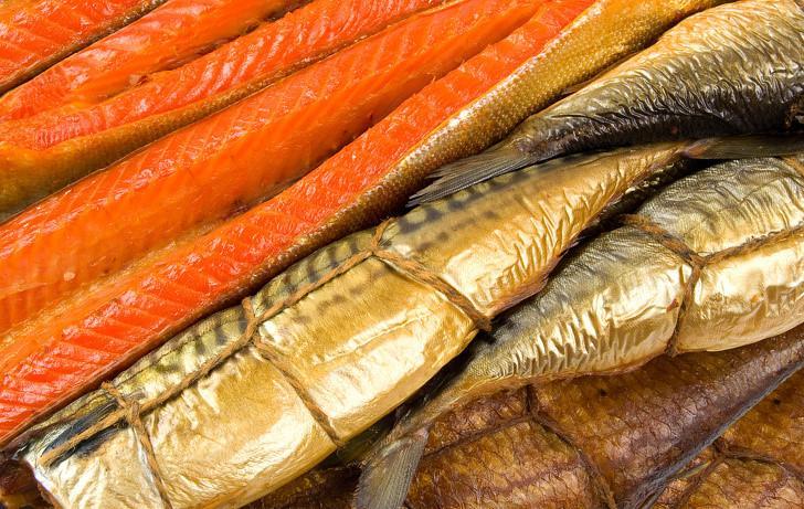 Thực phẩm hun khói cũng rất phổ biến trên khắp thế giới. Tuy nhiên, món này chứa nhiều chất gây hại như chất tăng hương vị, phenol và formaldehyde.