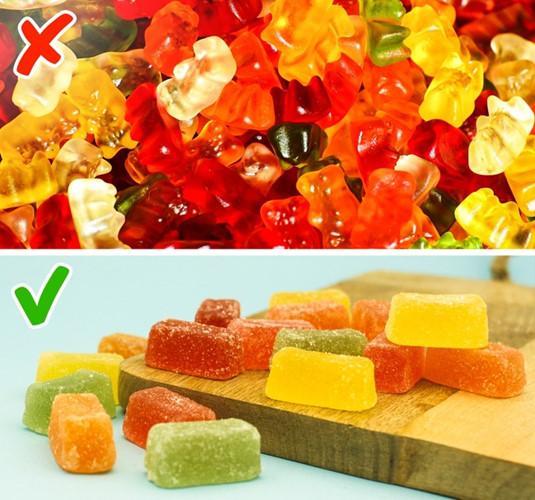 Kẹo gummy gấu được nhiều trẻ em và người lớn yêu thích. Tuy nhiên, chất pectin tự nhiên trong kẹo này hiện thường được thay thế bằng gelatin từ bì lợn và màu sắc đẹp mắt của chúng được làm bằng chất tăng cường hương vị tổng hợp. Những chất này đều không tốt cho sức khỏe.