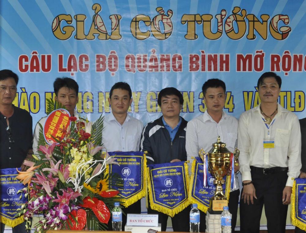 Ban tổ chức tặng cờ lưu niệm cho các đoàn tham gia giải Cờ tướng CLB Quảng Bình mở rộng năm 2018.
