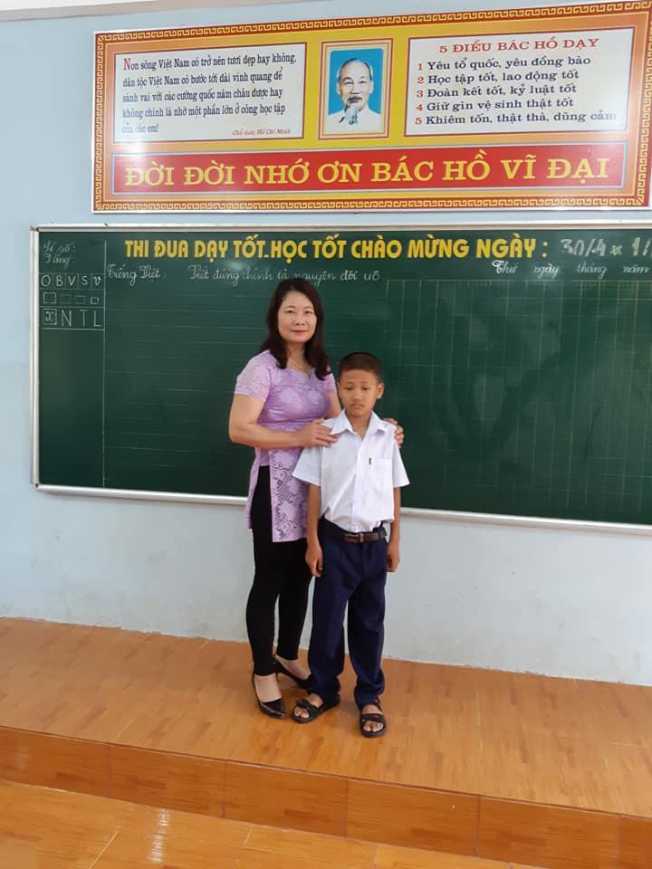 Quân bên cô giáo mới của mình - Ảnh: Hoàng Cát