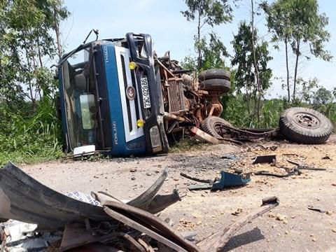 Cú tông mạnh, trực diện khiến xe ô tô tải bị lật ngửa, hư hỏng nặng.