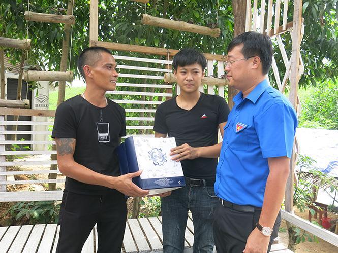 Đồng chí Lê Quốc Phong, Ủy viên dự khuyết Ban chấp hành Trung ương Đảng, Bí thư thứ nhất Trung ương Đoàn thăm, tặng quà cho Nguyễn Tuấn Hải (bên trái) và những bạn trẻ cùng làm việc với anh.