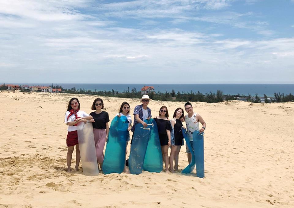 Trượt cát là trải nghiệm thú vị không thể bỏ qua khi đến Quảng Bình