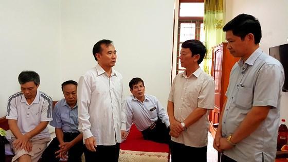 Lãnh đạo Sở Du lịch Quảng Bình, Bí thư Huyện ủy Bố Trạch có mặt kịp thời nhận trách nhiệm, thăm hỏi động viên đoàn khách cựu chiến binh cựu TNXP thoát nạn trong vụ chìm 2 thuyền du lịch.