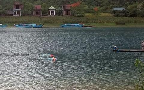 Lốc xoáy kèm mưa đá đã đánh chìm 2 thuyền du lịch trên sông Son, làm một du  khách tử vong ngày 18/5.