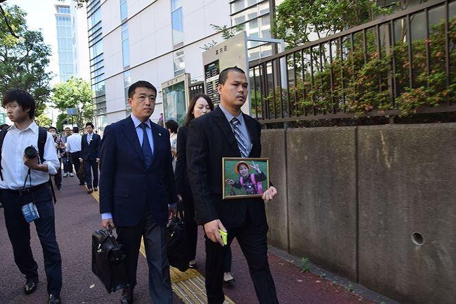 Anh Lê Anh Hào cùng luật sư của mình, ông Akio Sagawa bước vào phiên tòa. Ảnh: Cẩm Tuyến - Hồng Hà
