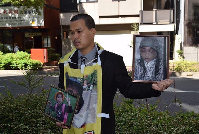 Anh Lê Anh Hào, bố của nạn nhân Nhật Linh, mang theo hai bức ảnh của con gái, một vui tươi, một khốn khổ, xuất hiện tại tòa. Ảnh: Cẩm Tuyến- Hồng Hà