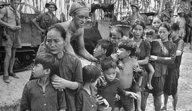 Giặc Pháp tập trung phụ nữ trẻ em tra hỏi trong một trận càn.