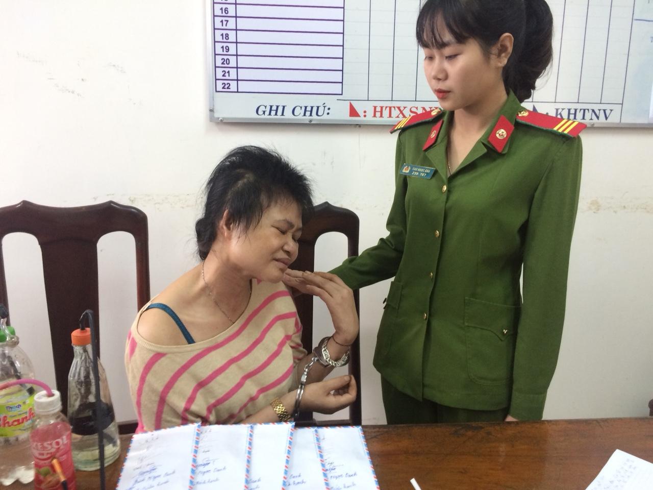Khi lực lượng công an bắt quả tang hành vi tàng trữ chất ma túy, đối Hạnh vẫn còn phê thuốc