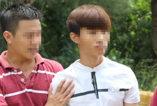 Đối tượng Cao Xuân Thắng (áo trắng) được xác định chính là nghi can dùng súng và dao thực hiện vụ cướp tại chi nhánh PGD Ngân hàng PVcomBank
