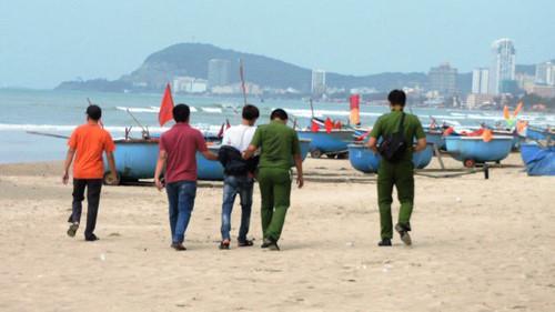Nam thiếu niên 15 tuổi bị bắt giữ sau khi gây á và lang thang trên bãi biển.