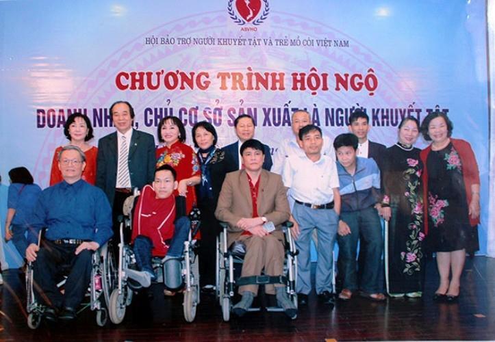 Võ Văn Sơn (áo trắng) được tôn vinh tại chương trình hội ngộ doanh nhân, chủ cơ sở sản xuất là người khuyết tật do Trung ương Hội Bảo trợ người tàn tật và trẻ mồ côi Việt Nam tổ chức.