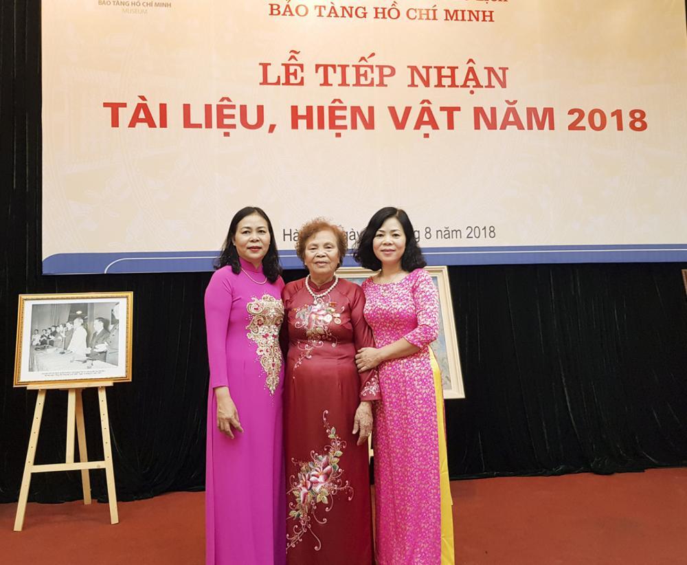 Bà Diên (giữa) trong buổi lễ trao tặng những bức ảnh quý giá mà mình chụp cùng Bác Hồ cho Bảo tàng Hồ Chí Minh