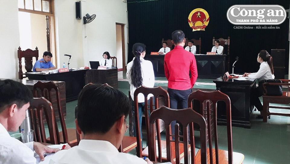 Bị cáo P. và đại diện hợp pháp trả lời HĐXX.