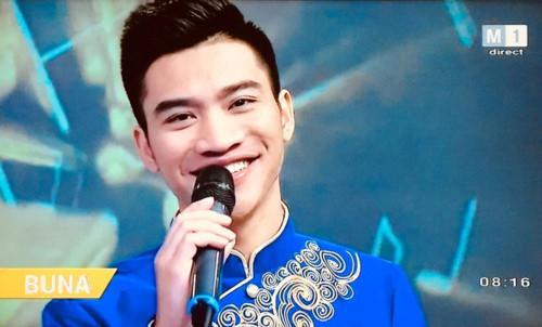 Nguyễn Khắc Hòa hát tiếng Việt trên Đài Truyền hình Quốc gia Moldova