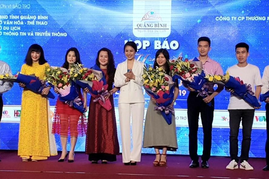 Ban Tổ chức tặng hoa cho các nhà tài trợ. Ảnh: Lê Phi Long