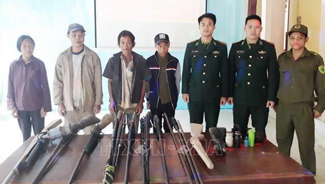 Người dân xã Thượng Hóa (huyện Minh Hóa, tỉnh Quảng Bình) tự nguyện giao nộp 13 khẩu s úng các loại cho lực lượng chức năng trên địa bàn.