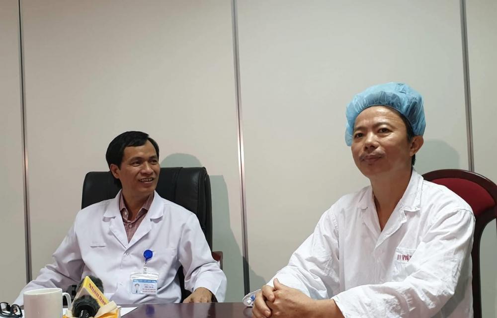 Bệnh nhân tên Cao Quang Cảnh và phó giáo sư Đồng Văn Hệ cùng chia sẻ lại về ca mổ. (Ảnh: PV/Vietnam+)