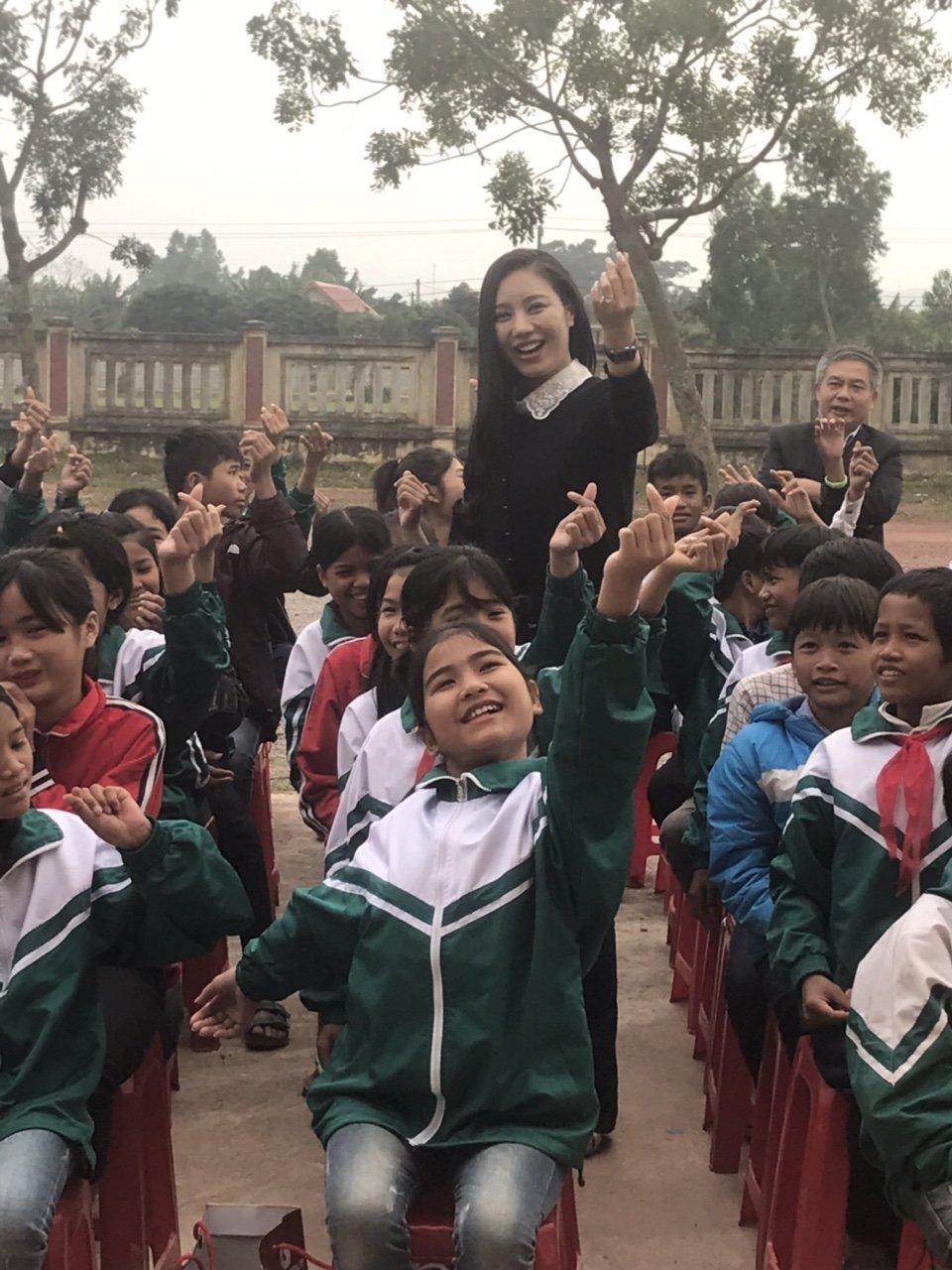 Trần Bảo Linh và các em học sinh Quảng Bình