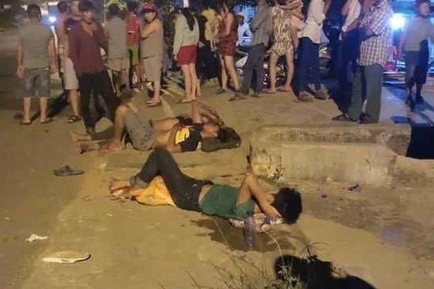 3 thanh niên ngã xuống đường, bị thương nặng sau khi đâm phải 1 con chó chạy qua đường. Ảnh: TTL.