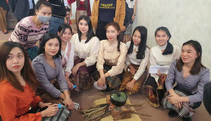 Các em hào hứng tham gia hội thi nấu xôi truyền thống.