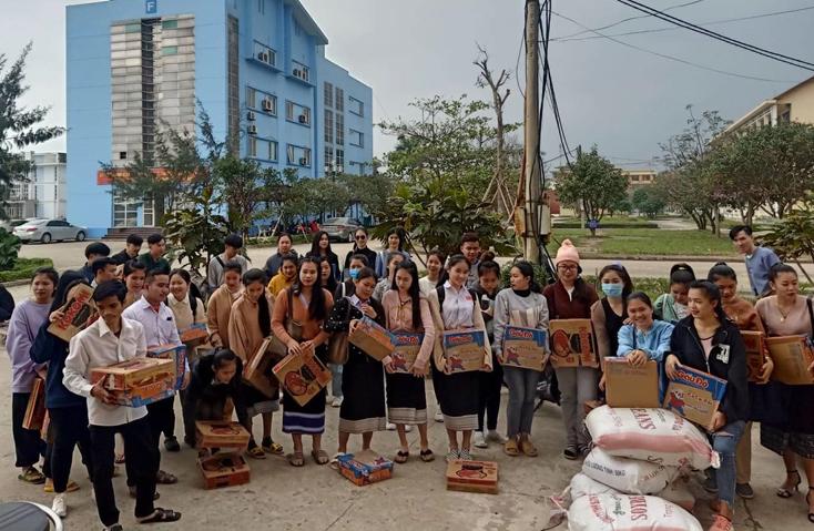 Trường đại học Quảng Bình hỗ trợ nhu yếu phẩm cho sinh viên Lào ở lại ăn Tết Nguyên đán tại trường.
