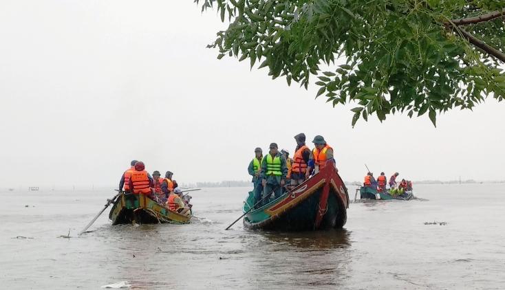 """Bơ nan của các """"biệt đội"""" ngư dân tham gia cứu hộ và vận chuyển lương thực tiếp tế cho người dân vùng lũ."""