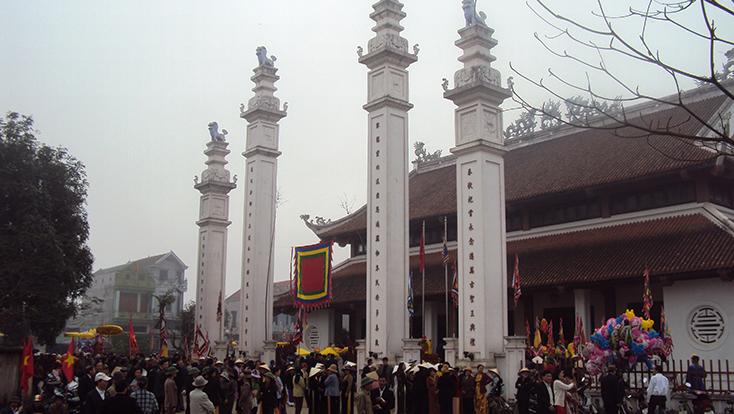 Du khách thập phương xem hội đình làng Phan Long, phường Ba Đồn.