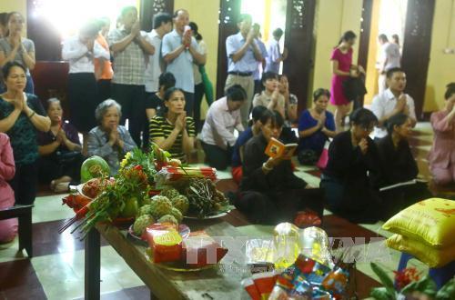 Mỗi dịp rằm tháng Bảy, đông đảo phật tử, người dân lại đến lễ tại chùa Quán Sứ (Hà Nội). Ảnh: Minh Quyết/TTXVN