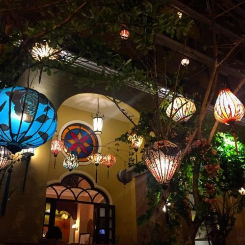Đèn lồng ở khách sạn vào buổi đêm (Nguồn: @fonsx)
