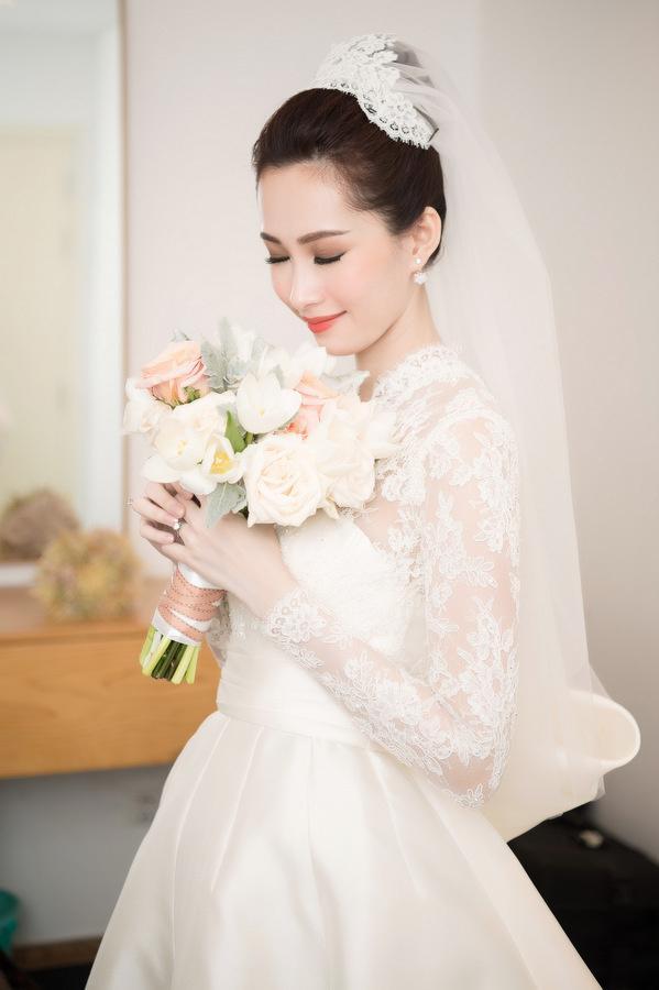 Hoa hậu Đặng Thu Thảo hồi hộp trước giờ tiệc cưới bắt đầu.