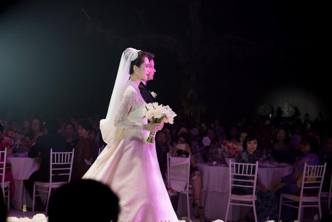 Khoảng 19h, cô dâu chú rể tiến vào sân khấu trong sự chúc mừng của quan khách.