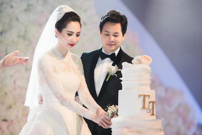Cả hai cùng cắt bánh cưới. Khi MC nói ai cầm cán dao cắt bánh trước sẽ là chủ gia đình, Trung Tín liền nhường bà xã.