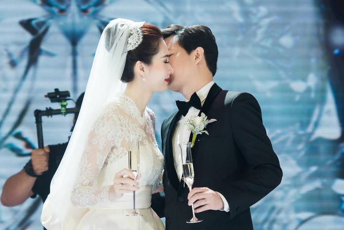 Cả hai trao nhau nụ hôn nhẹ nhàng sau nghi thức rót rượu giao bôi.