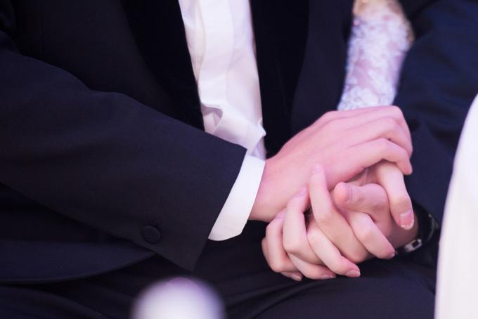 Buổi tiệc diễn ra trong không khí ấm áp và xúc động. Hai bên gia đình và cả cô dâu, chú rể đều dành lời ngọt ngào để khen nhau.