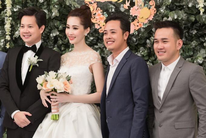Trước đó, Thu Thảo và Trung Tín đón khách mời đến dự tiệc