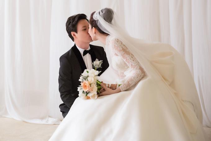 Cô dâu, chú rể hôn nhau ở hậu trường trước giờ ra sân khấu làm lễ.