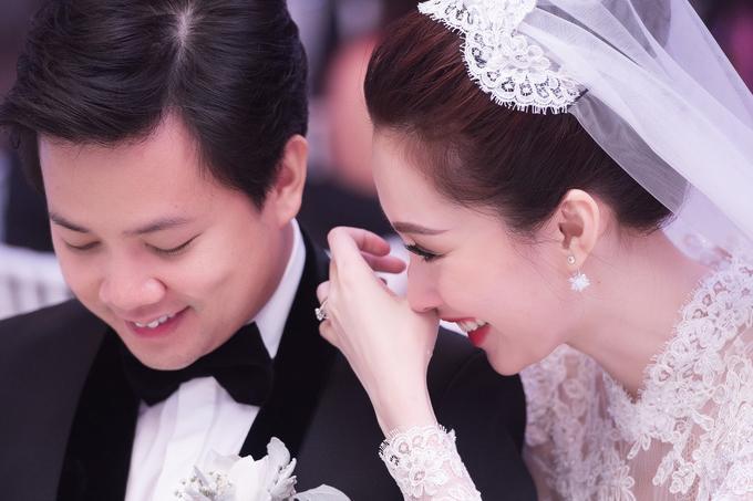 Thu Thảo rơi nước mắt, còn Trung Tín đỏ mặt trong lúc trình chiếu video anh thực hiện tặng vợ.