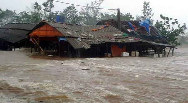 Hàng chục quán xá cạnh cảng Cửa Sót, huyện Kỳ Anh, Hà Tĩnh, bị sóng cuốn trôi, đánh chìm khi cơn bão số 10 đổ bộ hồi giữa tháng 9 vừa qua