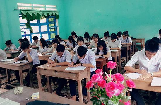 Kỳ thi THPT quốc gia năm 2018 có phương án giữ ổn định như kỳ thi năm 2017. Trong ảnh: Học sinh Trường THPT Huỳnh Thúc Kháng (Tiên Phước). Ảnh: VĂN LỘC