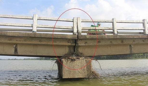 Cầu Hà Tân sụt lún khoảng 0,5m nhịp số 8, ngoài ra 1 năm trước đã sụt lún nhịp số 3. Ảnh: Quang Nam
