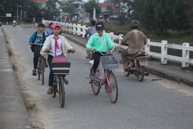 Hàng ngày khoảng 8.000 người dân qua cầu Hà Tân, mùa mưa bão đang đến khiến người dân lo lắng. Ảnh: Quang Nam