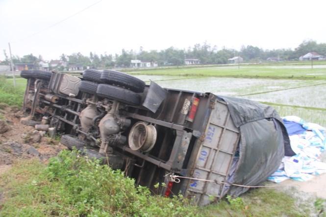 Thăng Bình (Quảng Nam): Xe tải chở 20 tấn hàng lao thẳng xuống ruộng
